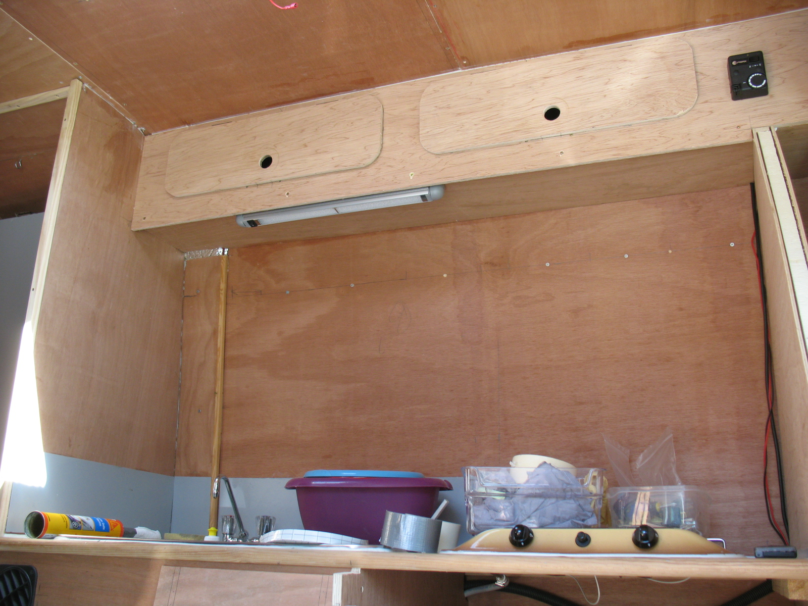 Le fourgon am nag d 39 olivier et josiane poimobile for Caravane chambre 19 meubles