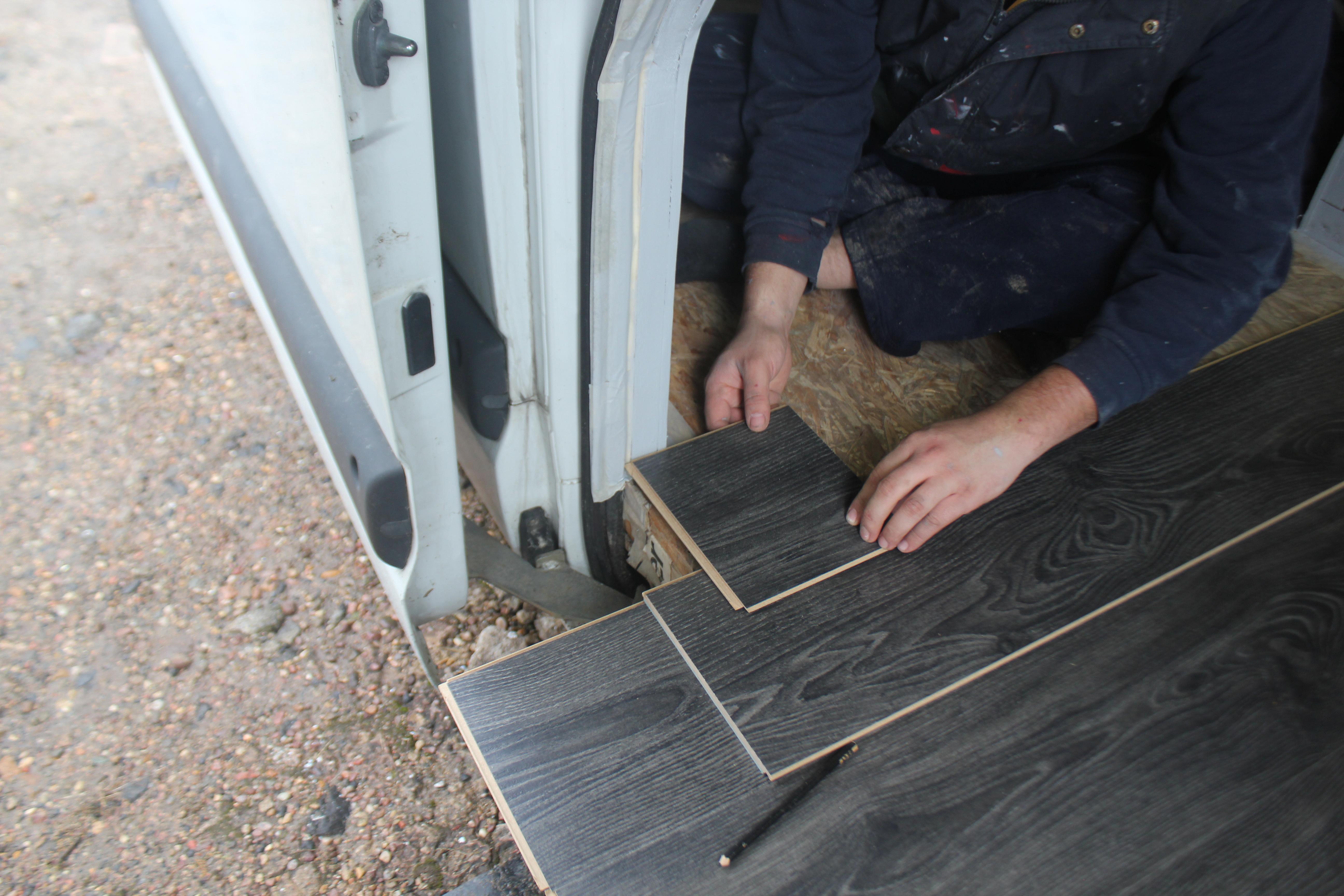 Reparer Trou Parquet Stratifié pose du parquet dans le fourgon - fourgon et van aménagé