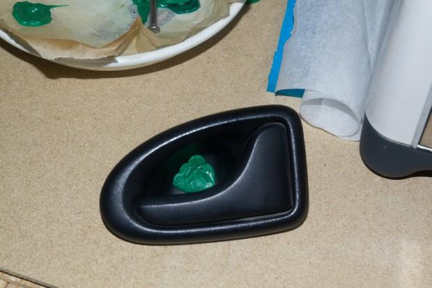 bouchons-recycles-pour-réparer-poignee-fourgon
