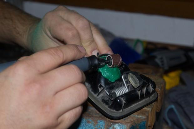 Réparer une poignée de fourgon avec des bouchons recyclés
