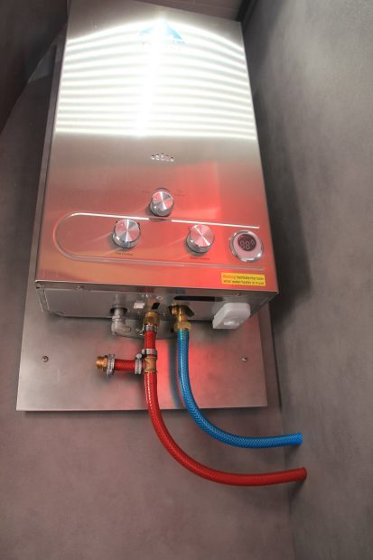 chauffe eau Fastar 12L installé dans un fourgon aménagé