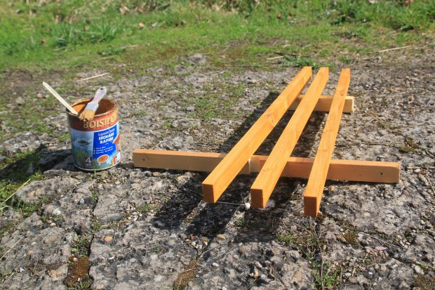 lattes en bois pour fixer le chauffe eau