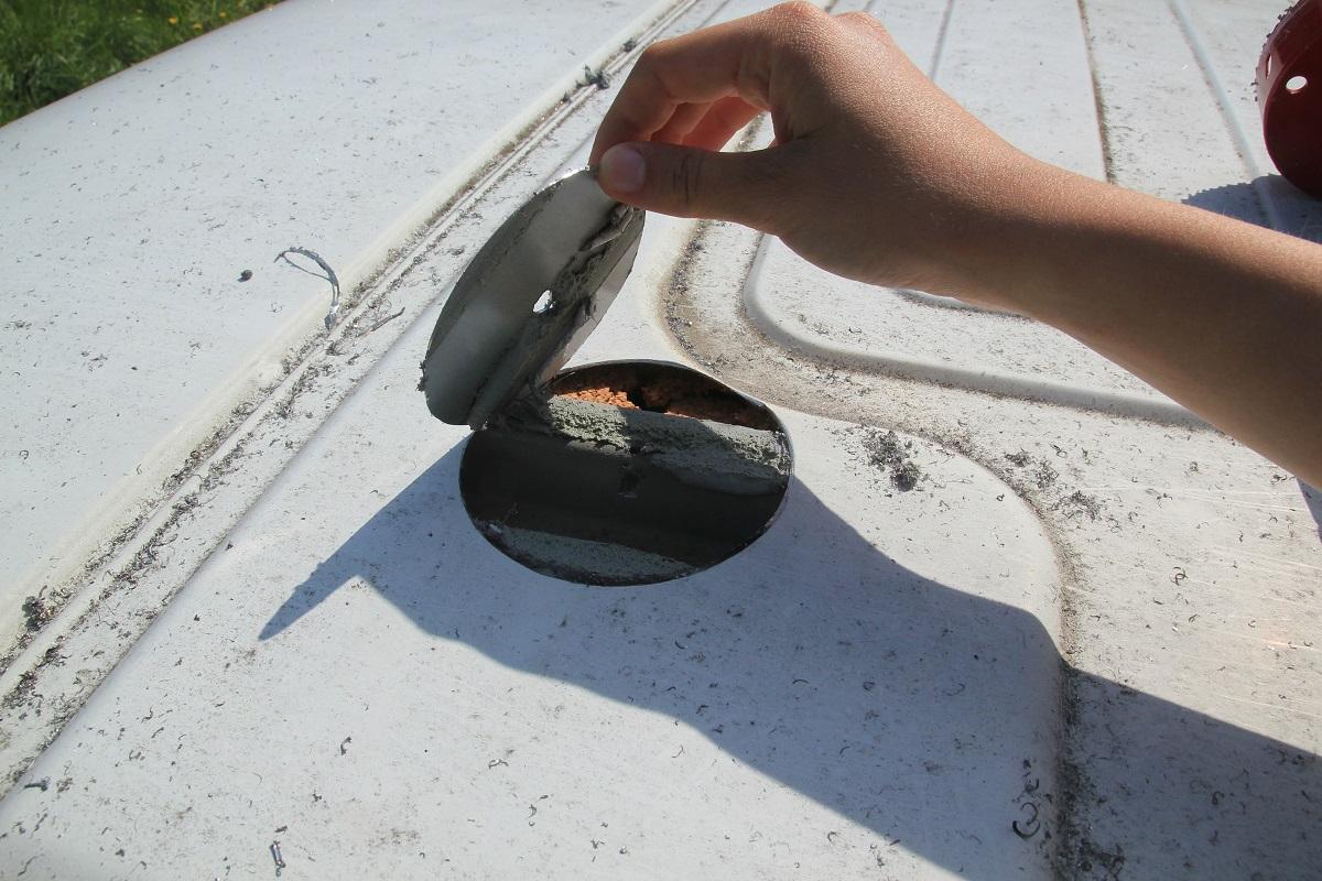 Installation de la chemin e du chauffe eau poimobile fourgon am nag for Scie cloche carrelage la rochelle