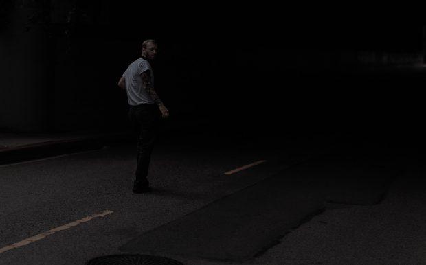 Suspect qui marche dans la nuit sur la route