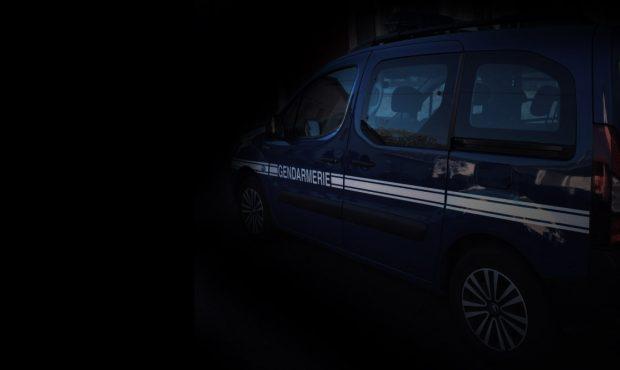 Voiture de gendarme la nuit