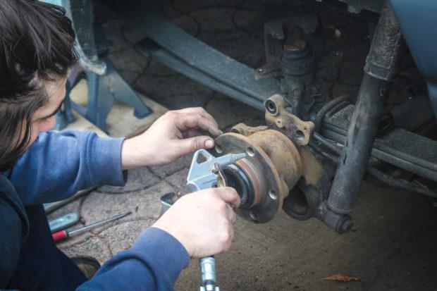 Nettoyage des plaquettes de frein sur Renault Master